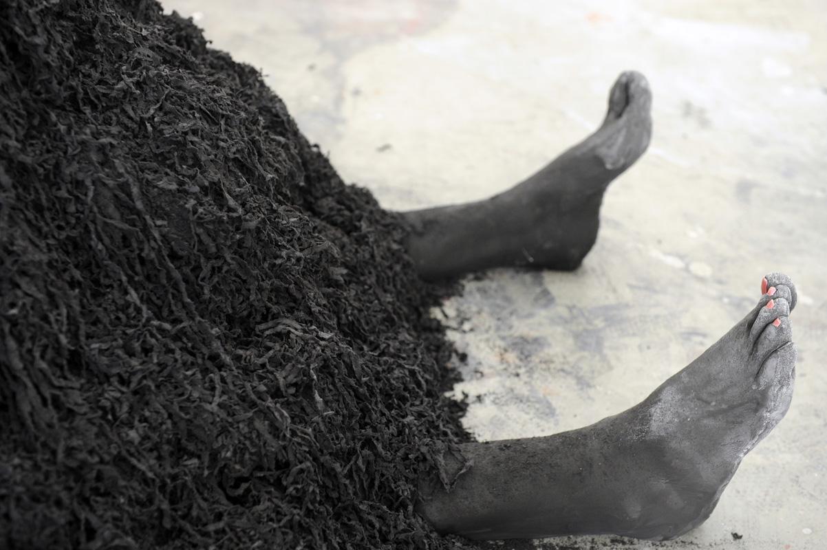 Céline Cadaureille, Fantôme, 2012, cuir, bois et pieds moulés. 175 x 110 x 85 cm © Céline Cadaureille