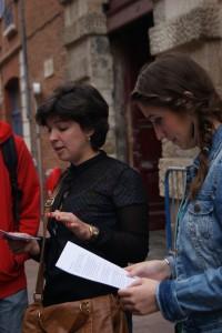 Delante de la actual cinemateca, Arielle y Amandine tratan de explicar la compleja historia del PSOE en Toulouse.