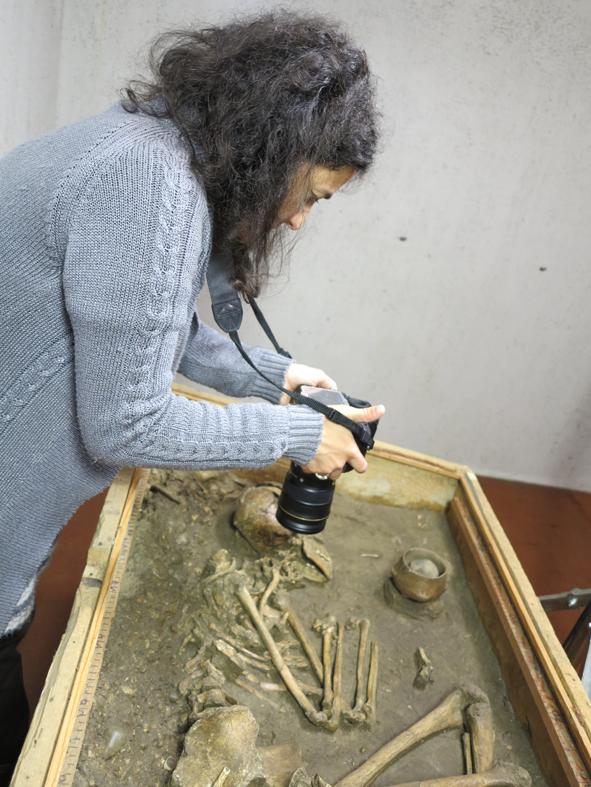 Relevé pour photogrammétrie - Sépulture néolithique (Photo : Carine Calastrenc)